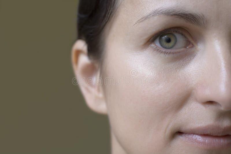 Retrato do close up da mulher colhida imagem de stock