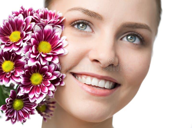 Retrato do close up da mulher da beleza com flor imagens de stock royalty free