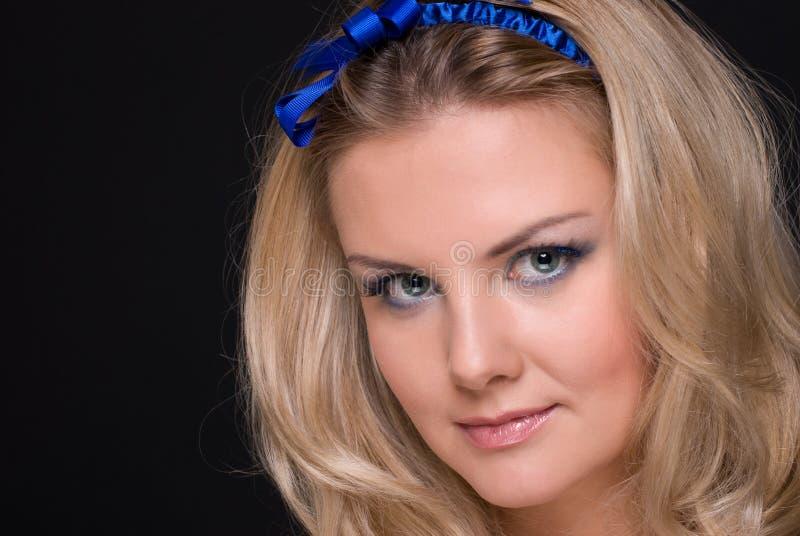Download Retrato Do Close Up Da Mulher Da Forma Com Curva Azul Foto de Stock - Imagem de fêmea, closeup: 12806458