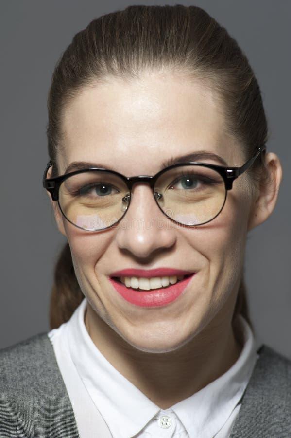 Retrato do close-up da mulher de encantamento no traje formal fotografia de stock