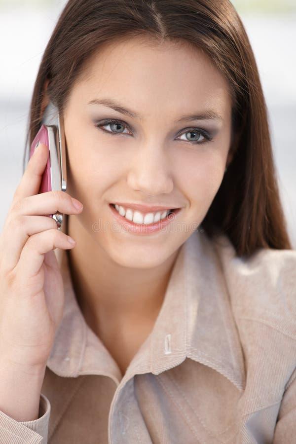 Retrato do close up da mulher de sorriso no telefone imagem de stock