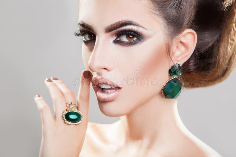 Retrato do close up da mulher elegante com pele helathy e do prof. imagem de stock