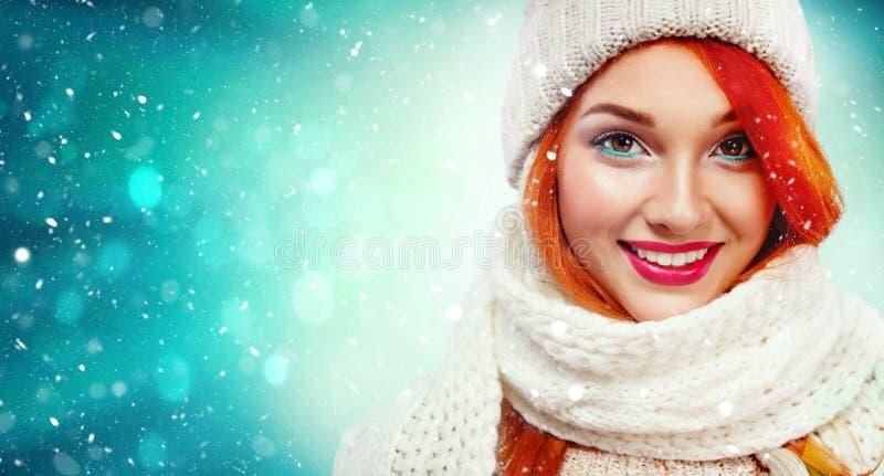 Retrato do close up da mulher feliz do ruivo beautyful no fundo do inverno com espaço da neve e da cópia Natal e ano novo imagens de stock royalty free