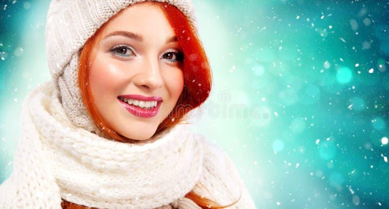Retrato do close up da mulher feliz do ruivo beautyful no fundo do inverno com espaço da neve e da cópia Natal e ano novo fotos de stock