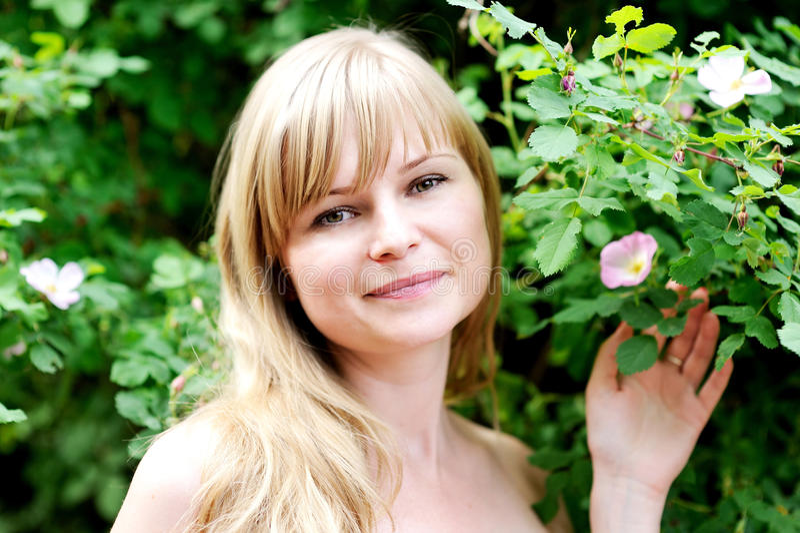 Retrato do Close-up da mulher loura nova bonita fotos de stock
