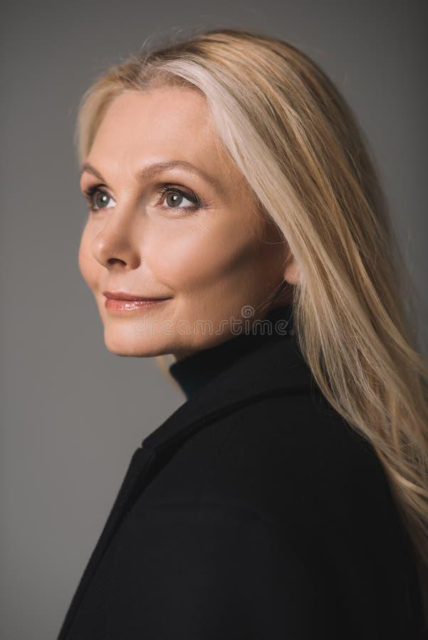 Retrato do close-up da mulher madura bonita imagem de stock