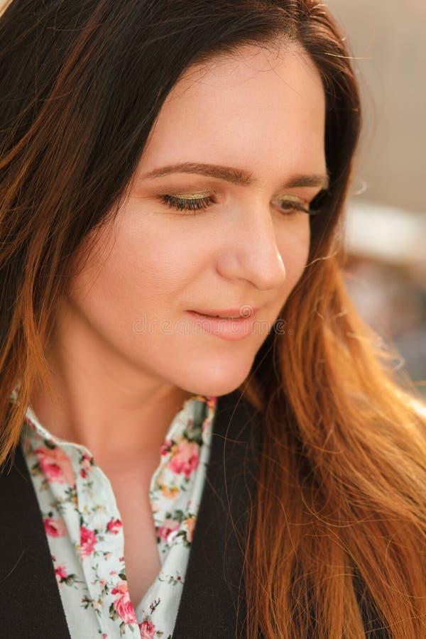 Retrato do close up da mulher moreno à moda com composição bonita foto de stock royalty free
