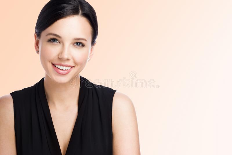 Retrato do close up da mulher nova atrativa Trabalhador de escritório bonito imagem de stock
