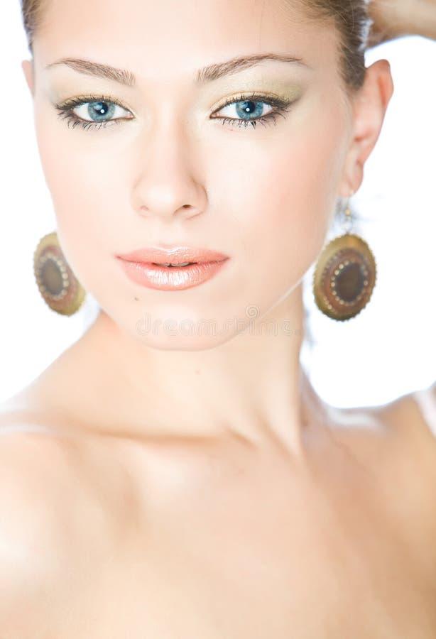 Retrato do close up da mulher nova bonita com azul imagens de stock royalty free