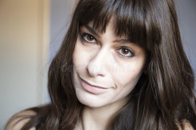 Retrato do close-up da mulher nova Caucasiano com cabelo longo marrom e golpes foto de stock royalty free