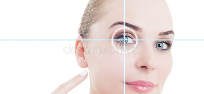 Retrato do close-up da mulher nova e bonita que aponta ao olho imagem de stock