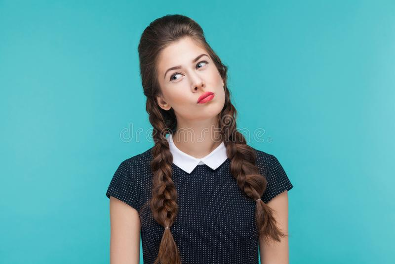 Retrato do close up da mulher pensativa que olha acima fotografia de stock royalty free