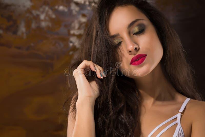 Retrato do close up da mulher sensual com os olhos fechados que levantam na laca imagem de stock