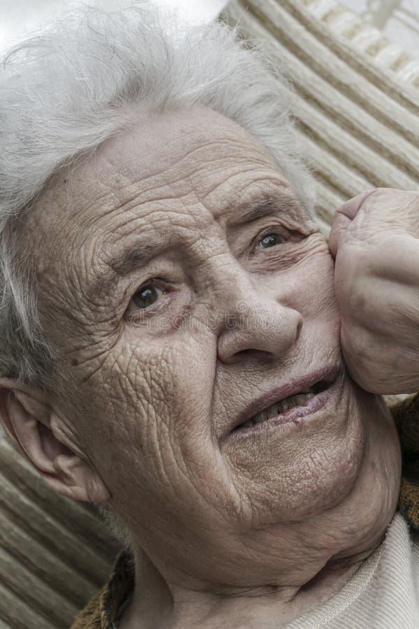 Retrato do close up da mulher superior pensativa fotografia de stock royalty free