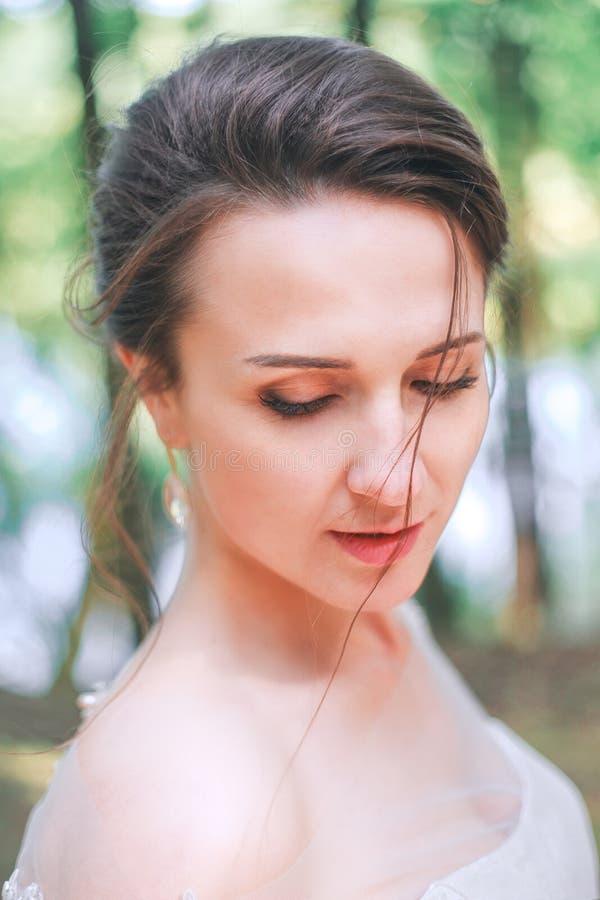 Retrato do close up da noiva lindo nova exterior Composição e penteado do casamento fotos de stock royalty free