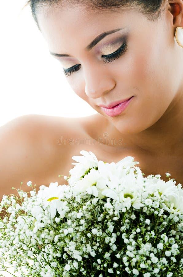 Retrato do close up da noiva que olha a flor fotografia de stock royalty free