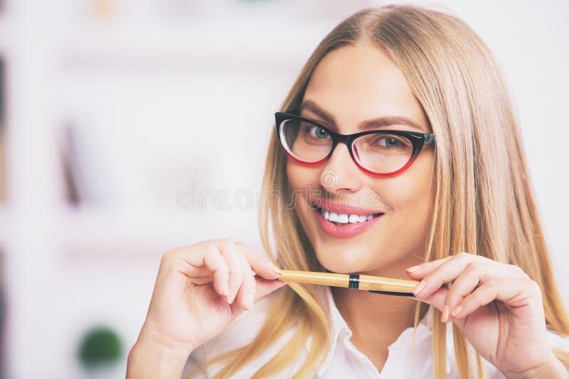Retrato do close up da senhora atrativa foto de stock