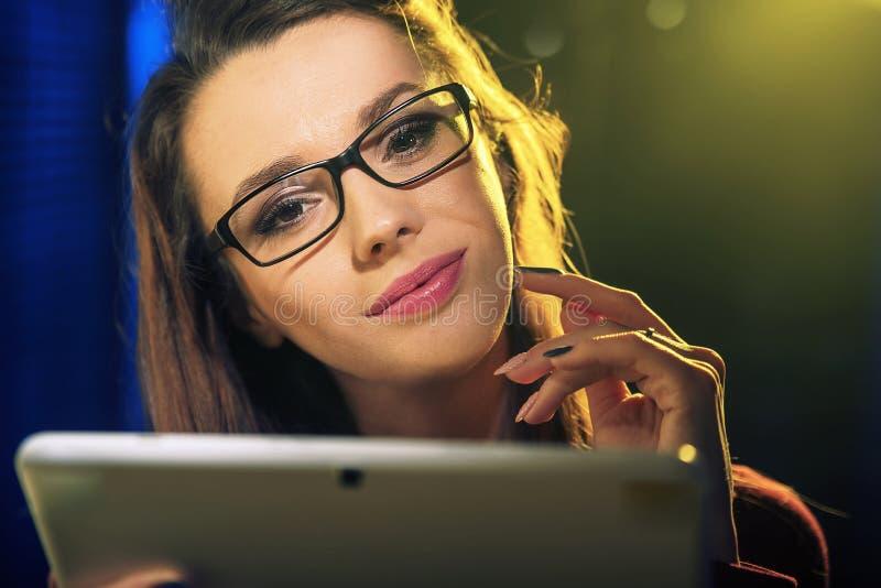 Retrato do close up da senhora bonita que guarda uma tabuleta fotos de stock royalty free