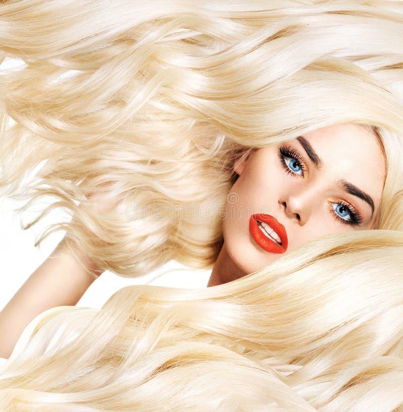 Retrato do close up da senhora loura com corte de cabelo espesso imagens de stock