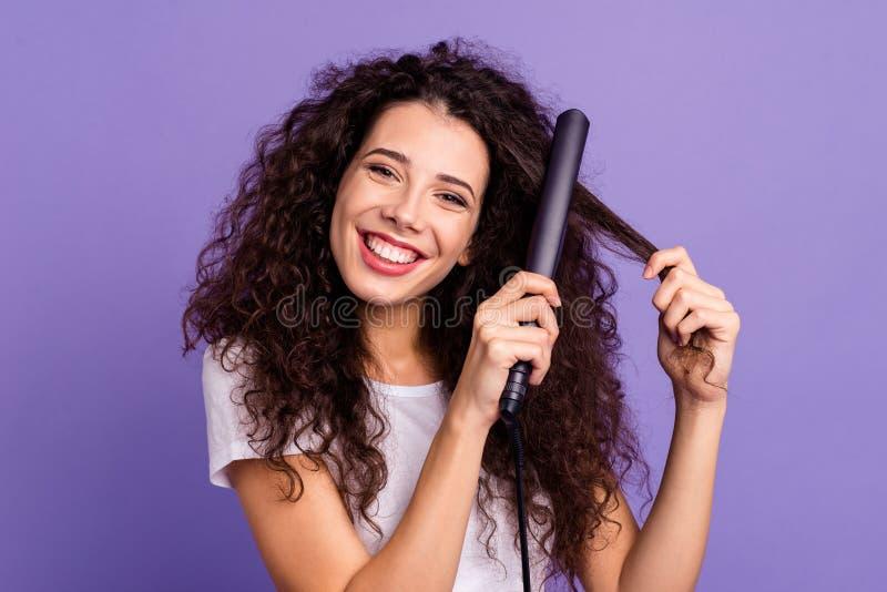 Retrato do close-up da senhora ondulado-de cabelo alegre atrativa bem arrumado bonita bonito agradável que usa a elevação elétric fotografia de stock royalty free