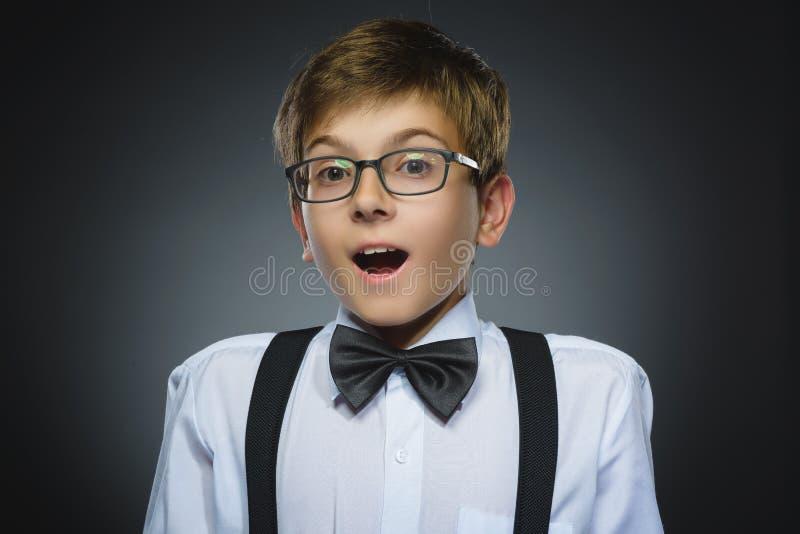 Retrato do close up da surpresa indo do menino feliz isolado no fundo cinzento fotos de stock royalty free
