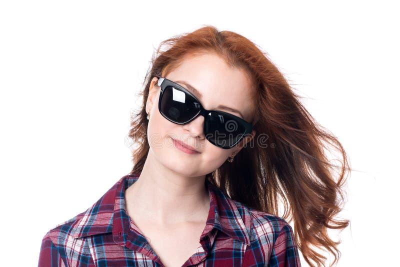 Retrato do close-up de óculos de sol vestindo de uma mulher bonita ruivo fotografia de stock