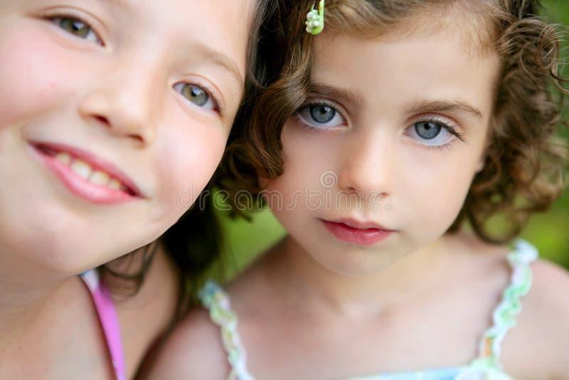Retrato do close up de duas irmãs da menina fotografia de stock royalty free