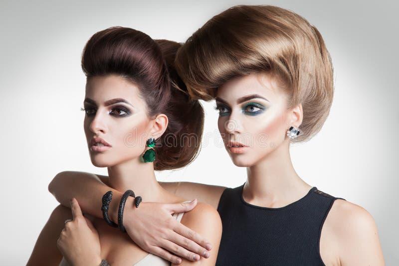 Retrato do close up de duas mulheres da forma da beleza com volum criativo imagens de stock