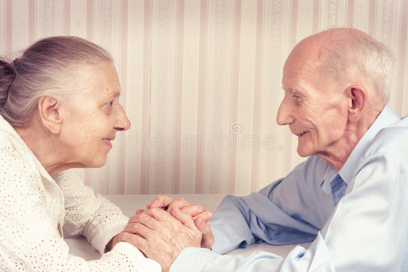 Retrato do close up de pares idosos de sorriso fotografia de stock royalty free
