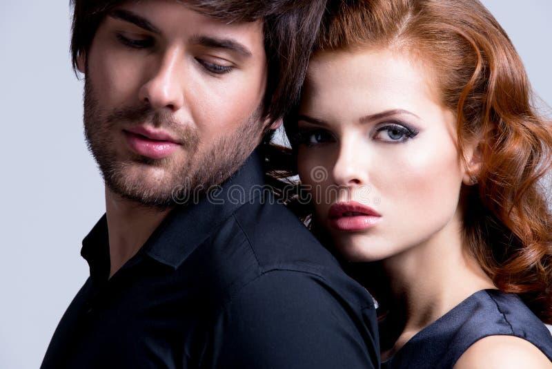 Retrato do close up de pares 'sexy' novos no amor. imagens de stock royalty free
