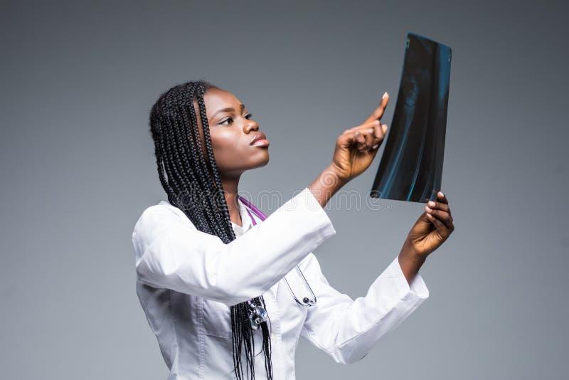Retrato do close up de pessoais de cuidados médicos da mulher do doutor com labcoat branco, olhando a imagem radiográfica do raio foto de stock royalty free