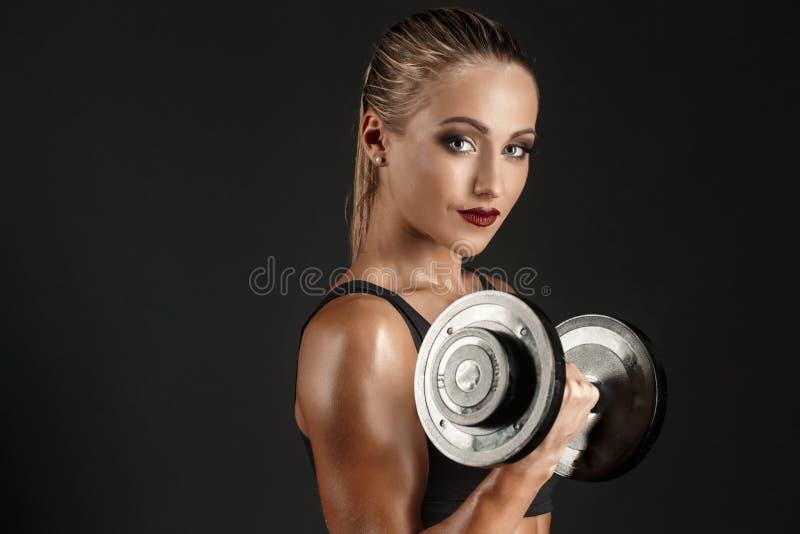 Retrato do close-up de um atleta atrativo com peso fotografia de stock royalty free
