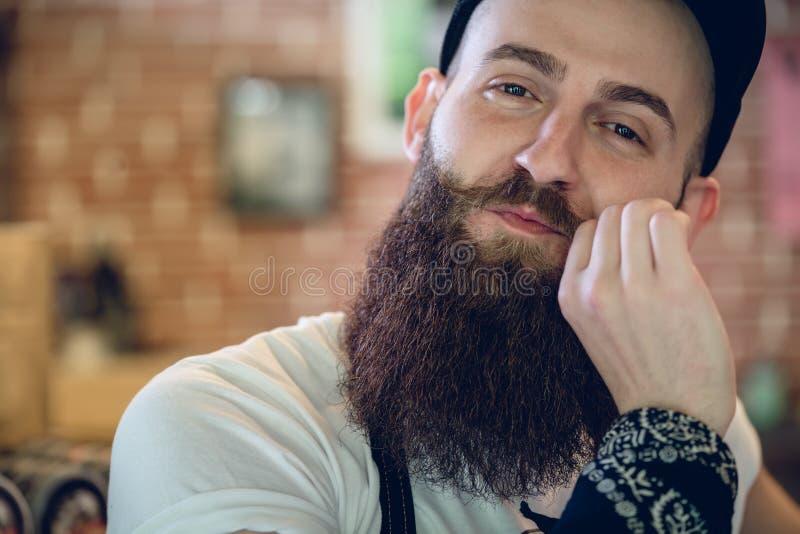 Retrato do close-up de um barbeiro masculino novo e elegante fotos de stock
