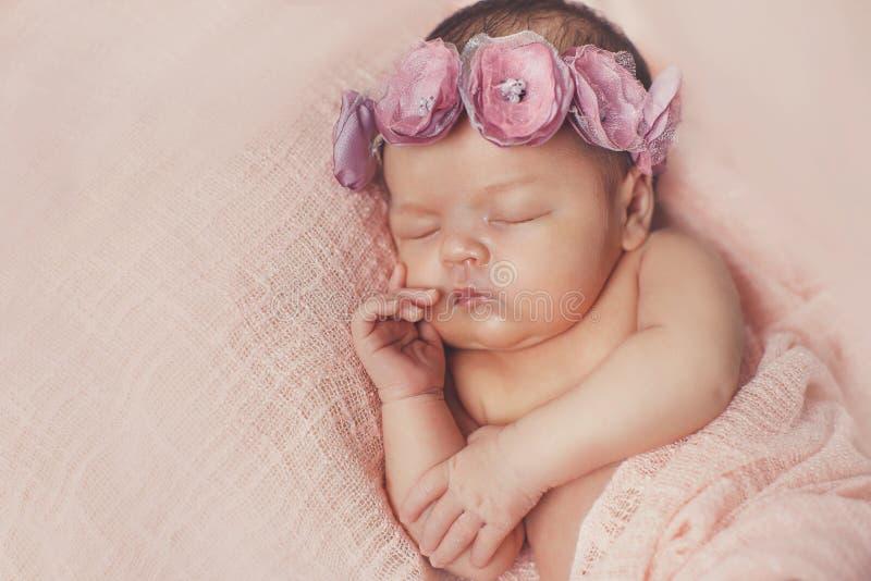 Retrato do close-up de um bebê de sono imagens de stock