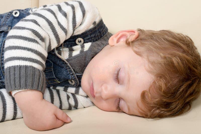 Retrato do close-up de um bebê de sono bonito imagens de stock