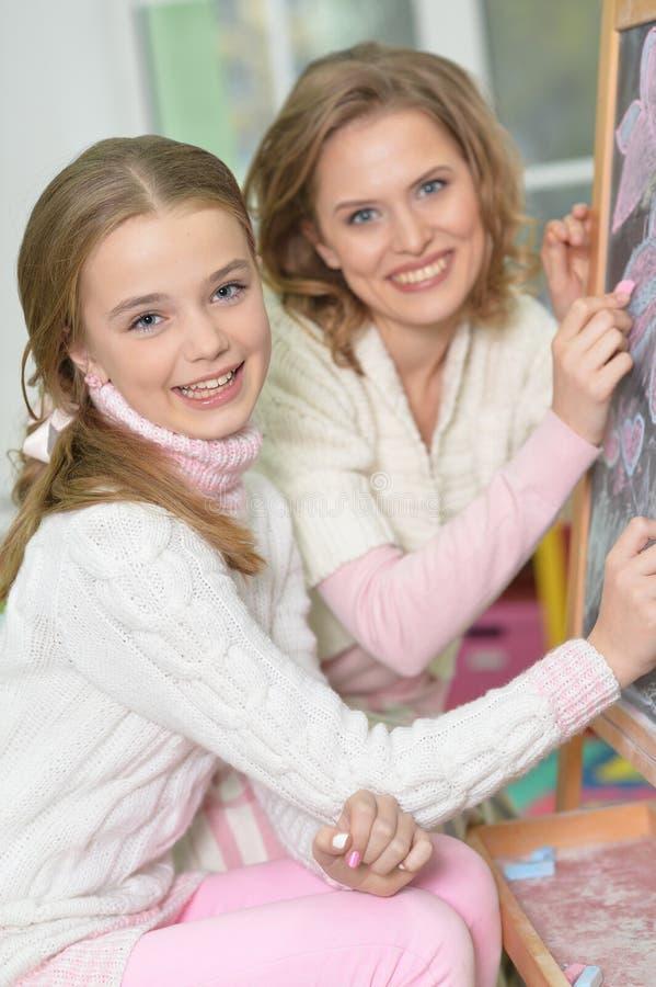 Retrato do close-up de um desenho da mãe e da filha imagem de stock