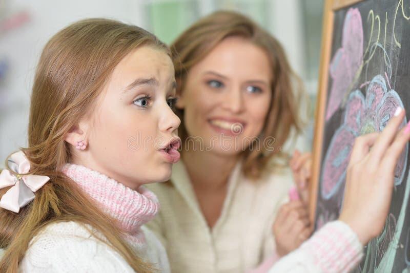 Retrato do close-up de um desenho da mãe e da filha imagens de stock