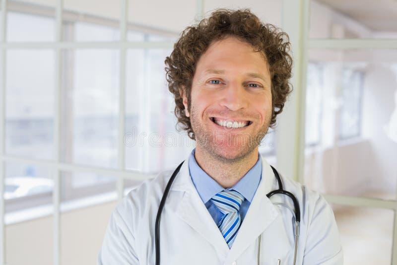 Retrato do close up de um doutor masculino no hospital fotos de stock