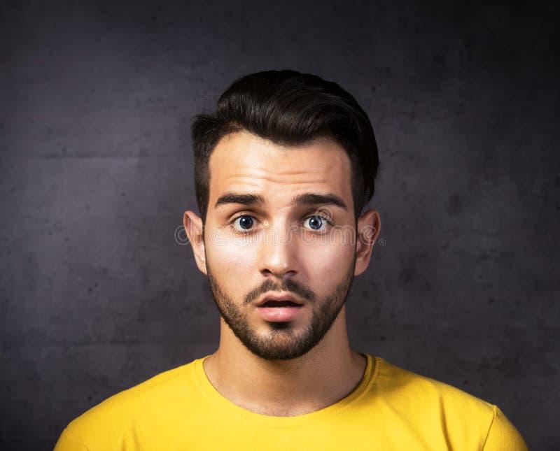 Retrato do close-up de um homem chocado imagem de stock