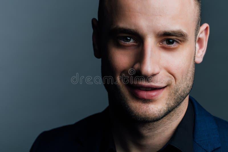 Retrato do close-up de um homem considerável atrativo O bom indivíduo agradável olha o quadro fotografia de stock royalty free