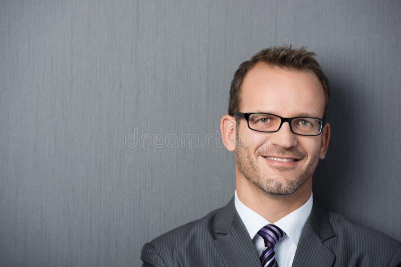 Retrato do close-up de um homem de negócios amigável imagens de stock royalty free