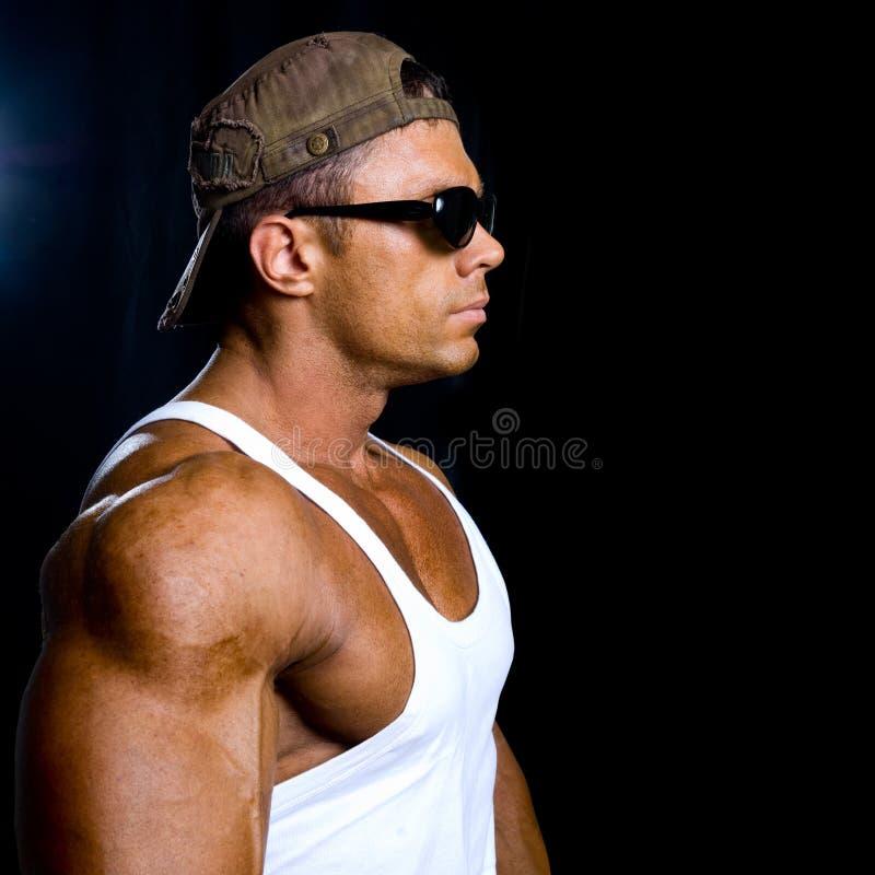 Retrato do close-up de um homem muscular em um tampão no prof. de trabalho imagens de stock royalty free