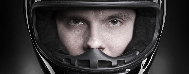 Retrato do close up de um homem no capacete fotografia de stock royalty free