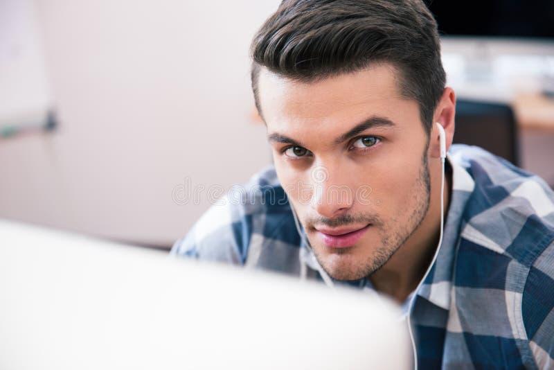 Retrato do close up de um homem novo considerável imagem de stock royalty free