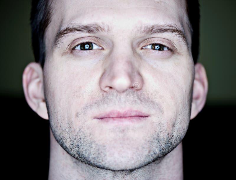 Retrato do close up de um indivíduo sério imagens de stock