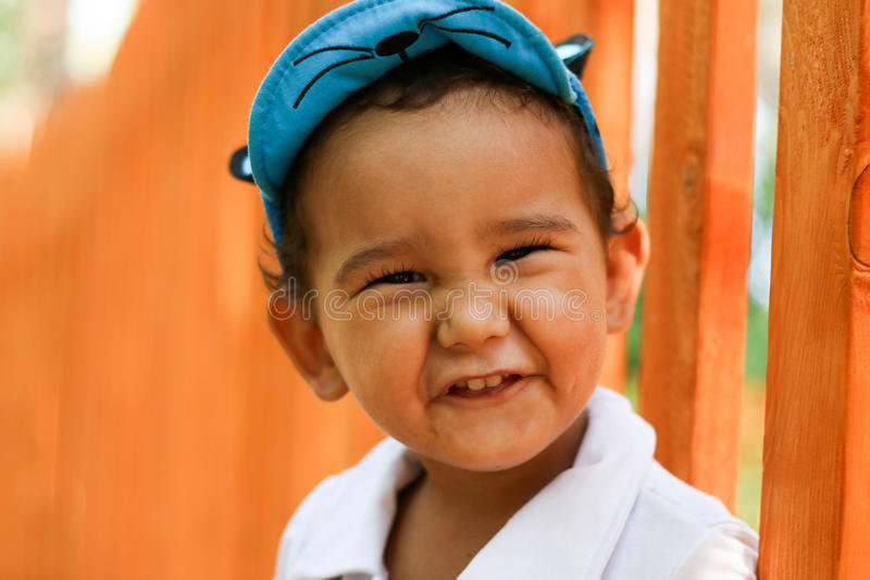 Retrato do close up de um menino com dois anos imagens de stock