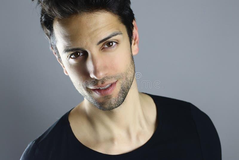 Retrato do close up de um modelo masculino bonito fotos de stock