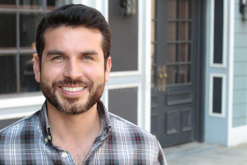 Retrato do close up de um sorriso feliz do homem novo foto de stock