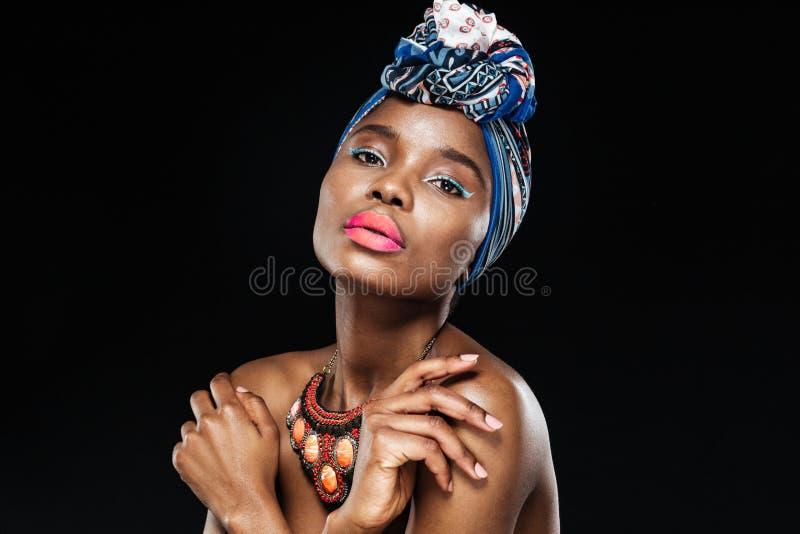 Retrato do close-up de um xaile vestindo da mulher africana bonita fotos de stock