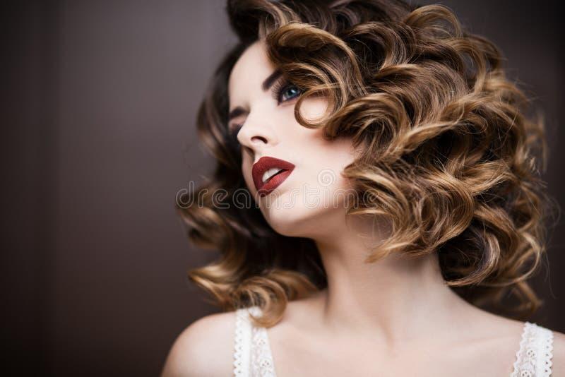 Retrato do close up de uma jovem mulher imagem de stock